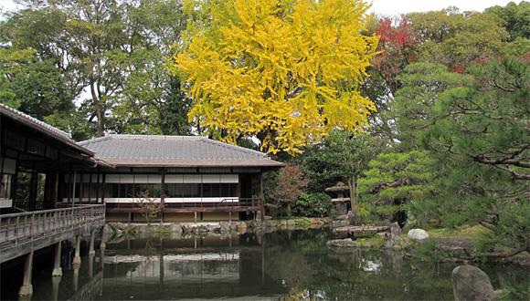 渉成園・滴翠軒(てきすいけん)(左)と臨池亭 (りんちてい)