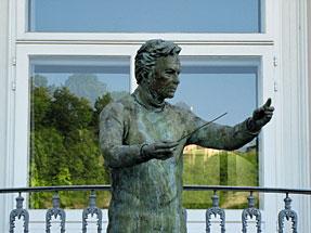 カラヤンの像