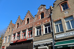 ブルージュ・三角屋根の建物