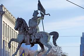 ロワイヤル広場中央のゴドフロワ・ド・ブイヨンの騎馬像