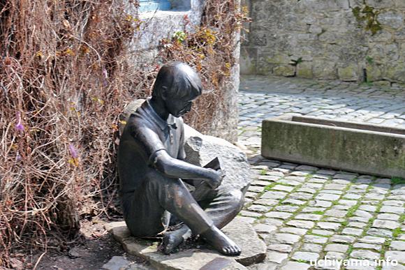 読書する少年像
