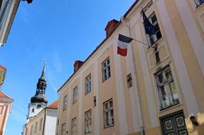 タリンの街角の国旗