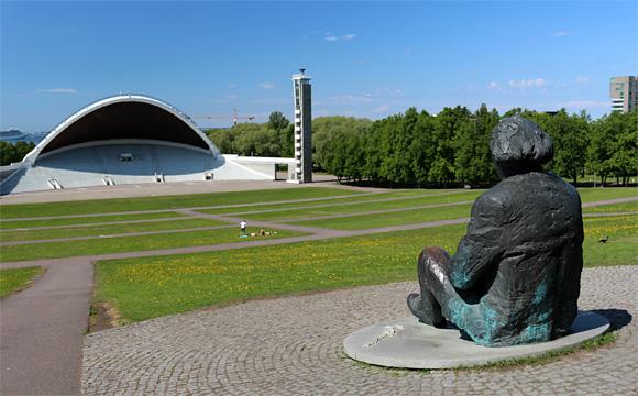 タリンの歌の原・第二の国家の作曲家グスタフ・エルネサクスの像