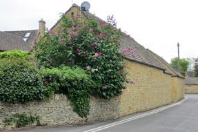 バートン・オン・ザ・ウォーターの家と花