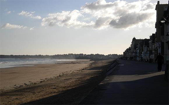 ホテル前の海岸