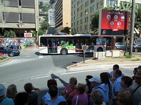 モナコ市街・シャトルバスを待つ観光客