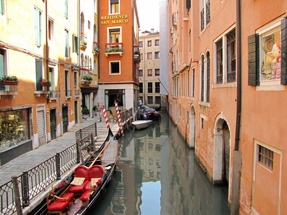 ゴンドラに乗って小運河巡り