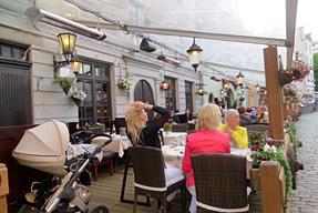 リガ旧市街のオープンカフェ