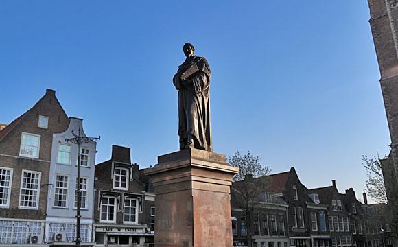 マルクト広場・グロチウスの像