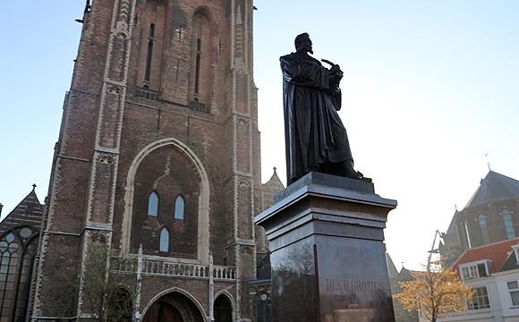 グロチウスの像