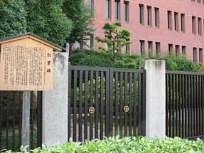 島津製作所創業の地の碑。背後の建物は明治中期の島津製作所の事業場