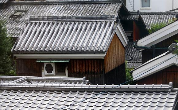 民家の瓦屋根
