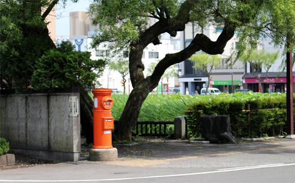 秋田市千秋公園(久保田城)・大手門の堀のに立つ郵便ポスト