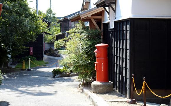 岡崎市の八丁味噌蔵前に立つ郵便ポスト