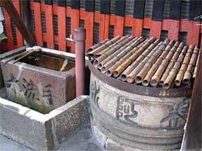 七条通・上人寄進の宝暦2年夏と刻まれた井戸と手洗