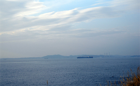 岬カフェ店内から。左端に城ヶ島を、右端に横須賀の火力発電所の煙突を遠望する。