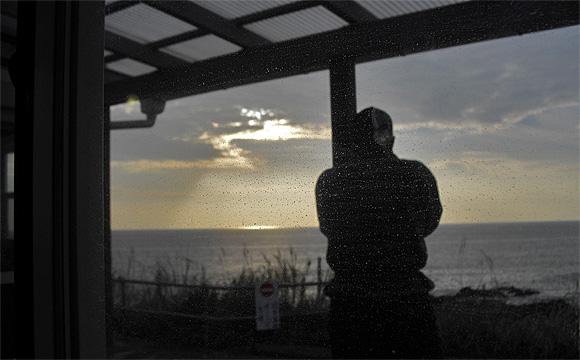 岬カフェ・店内から夕陽をひたすら眺める人