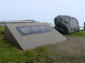 (左)森進一「襟裳岬」の歌碑、(右)島倉理代子「襟裳岬」の歌碑