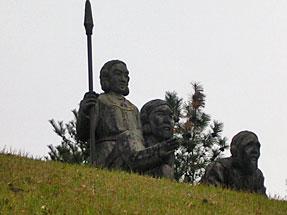 国見ヶ丘・国見する建盤竜命(タテイワタツミノミコト)の像