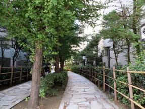 「四季の路」の出入り口は新宿の雑踏