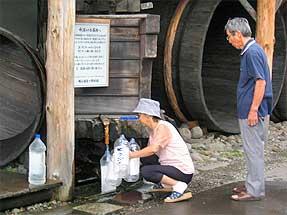 男山酒造美瑛・・水をくむ人