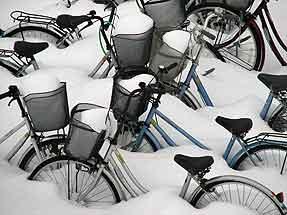 青森駅横・雪に埋もれた自転車