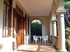 旧神谷伝兵衛稲毛別荘・正面、一階のベランダ、左のドアは洋間への入口