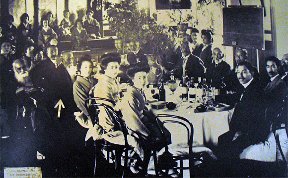 旧神谷伝兵衛稲毛別荘・洋間での会議の写真。→印は犬飼毅