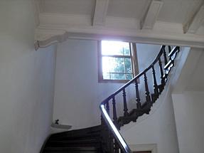 旧神谷伝兵衛稲毛別荘・緩やかなアールの階段が続く吹きぬけのホール。