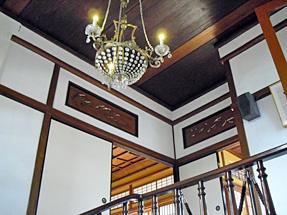 旧神谷伝兵衛稲毛別荘・階段天井のシャンデリア。