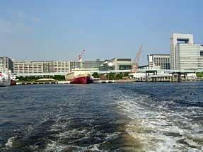 水上バス・「船の科学館」前を出航