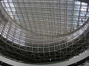 テレコムセンター・天井全面を覆う透明ガラス