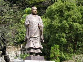 妙本寺・日蓮像