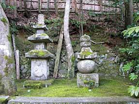 右が平清盛供養塔、左が祇王・祇女・母刀自の墓