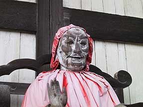 大仏殿の右手にある木像