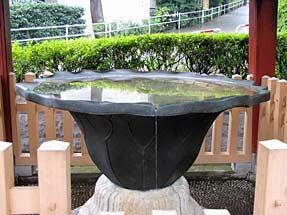 護国寺・唐銅蓮葉形手洗水盤