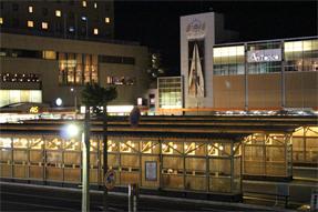 夜の秋田駅前バスターミナル