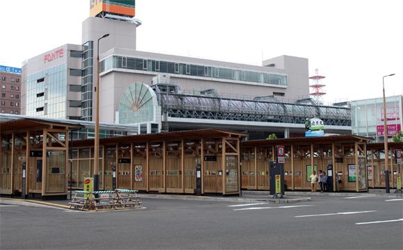 昼の秋田駅前バスターミナル