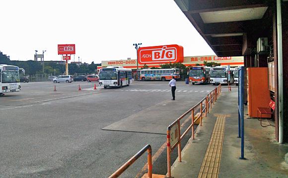 具志川バスターミナル・乗車ホームから、奥を見る。