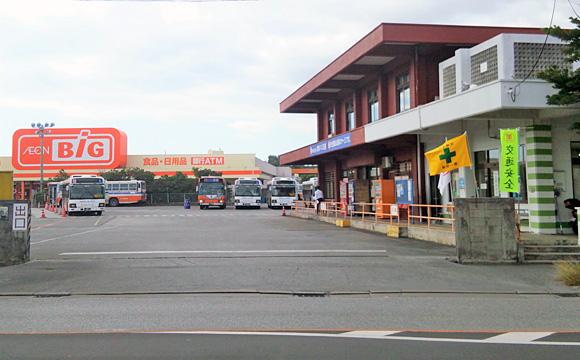 具志川バスターミナル・出口側から営業所、乗車ホームを見る