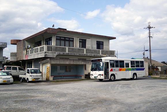 発車待ちの琉球バス交通のバス