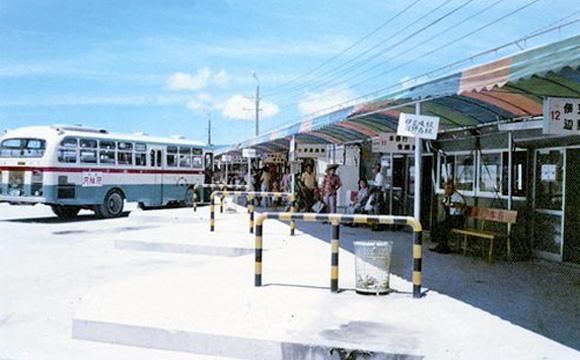 名護バスターミナル・初代ターミナル(右側通行時代、頭端右斜め駐車に変わった)