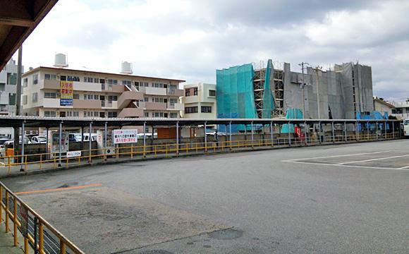 名護バスターミナル・降車ホームから、乗車ホームを見る