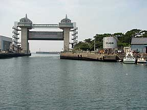 沼津港・大型水門「びゅうお」