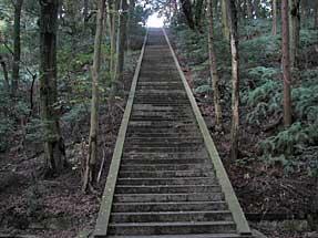 豊国廟への急峻な階段