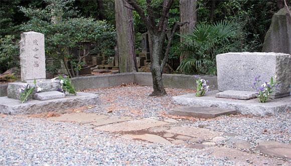 左が斎藤茂吉の墓。右が斎籐家の墓