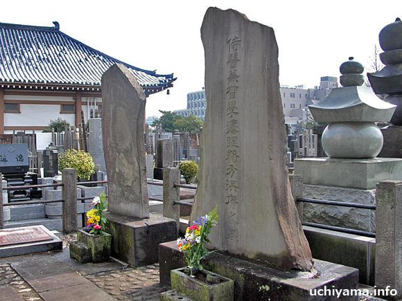 右は緒方洪庵、左は夫人の墓