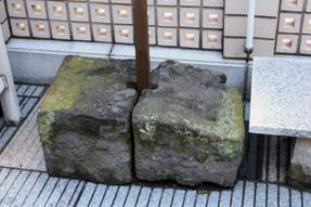 江戸伝馬町牢石垣の一部、井戸跡