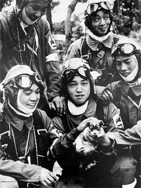 「小犬を抱いた特攻隊員」の写真