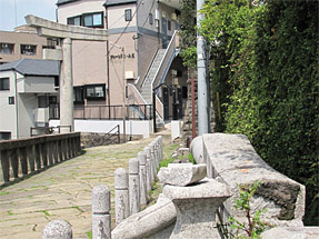 山王神社二の鳥居の吹き飛ばされた左半分
